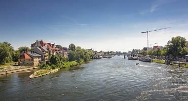 Donau teilt Regensburg in den historischen Teil und Stadtamhof