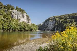 Donaustrand bei Kloster Weltenburg mit Blick auf Donaudurchbruch