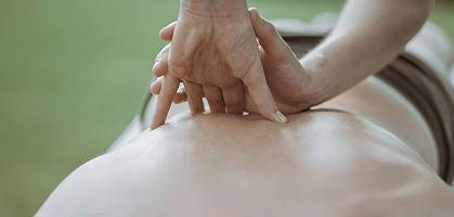 Beidhändige Rückenmassage im Freien