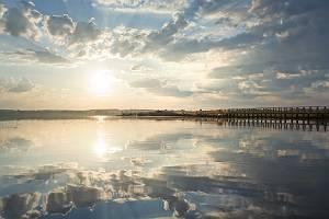 Sonnenaufgang am See mit prachtvoller Wolkenspiegelung
