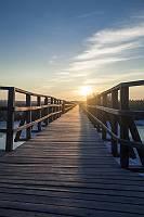 Holzsteg im Sonnenuntergang