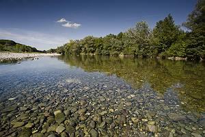 Fluss Lech bei Augsburg mit Kiesbank, flach über das klare Wass