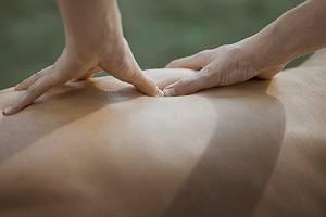 Kraftvolle Rückenmassage mit den Daumen auf einem Druckpunkt