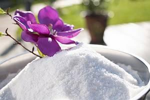 Salz in Metallschüssel dekoriert mit einer Blume