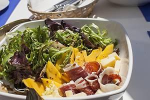 Süßsauer Salat mit Mango und Räucherschinken