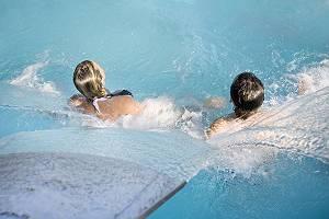 Zwei Personen genießen eine Wassermassage