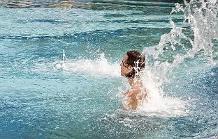 Anregende Wassermassage im Pool