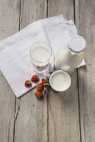 Milchprodukte und Erdbeeren von oben