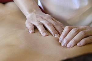 Finger drücken in einen Rücken während einer Massage