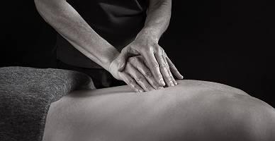 Masseur verabreicht eine Faszienmassage am Rücken
