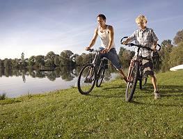 Junge Radfahrer am See