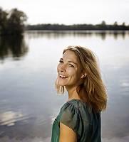 Portrait einer natürlcihen Frau am See