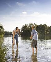 Brüder verbringen ihre Freizeit am Seeufer