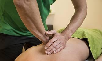 Kraftvolle Rückenmassage mit beiden Händen
