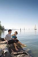 Sportliches Paar erfrischt sich am Bodensee