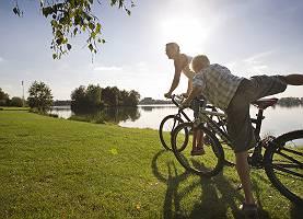Radfahrer anch Pause am See