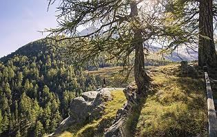 Wanderer steht auf Vorsprung in den Bergen