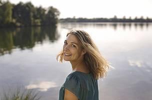 Natürliche Schönheit, bescheiden, dankbar lächelnd