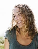 Natürliche Schönheit, Portrait einer lachenden Frau die sich a