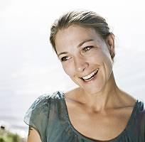 Natürliche Schönheit, Portrait einer dankbar blickenden Frau m