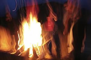 Abstrakte Personen am Lagerfeuer