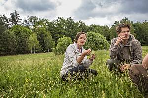 Ein Paar lernt unterwegs von der Natur