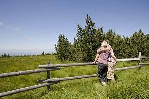 Verliebtes Paar an Weidezaun in den Alpen