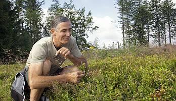 Mann entdeckt die schöne Natur
