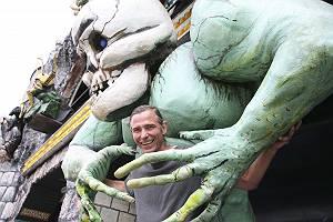 Mann gefangen von einem Monster vor der Geisterbahn