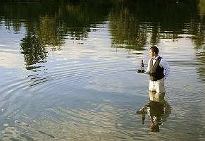 Kellner serviert Wein im See