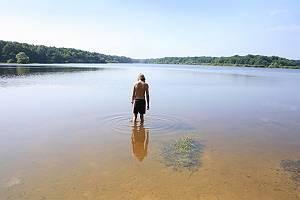 Junge steht im Wasser