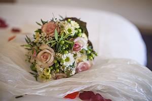 Brautstrauß auf weißem Tüll