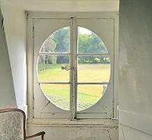 Weißes antikes Fenster mit märchenhafter Ausstrahlung