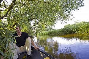 Mann auf Boot im Dickicht