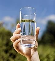 Ein Glas mit klarem Wasser