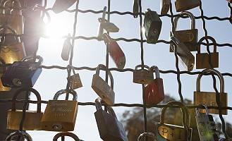 Liebesschlösser am Zaun einer Brücke
