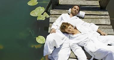 Paar am See auf Steg
