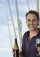 Mann mit Weinglas auf Boot