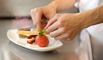 Zubereitung einer Nachspeise in einem Gourmetrestaurant