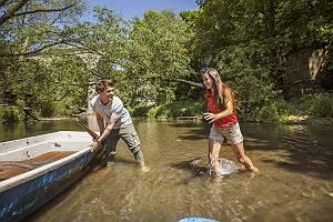 Paar bei der Rast am Ufer der Lausitzer Neiße