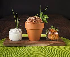 Vorspeise mit Brot im Topf und Dipps