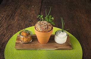 Arrangement mit Brot im Topf und Dipps