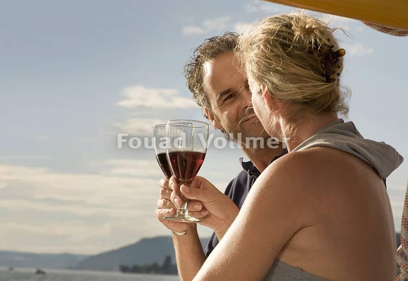 Paar stößt mit Wein an