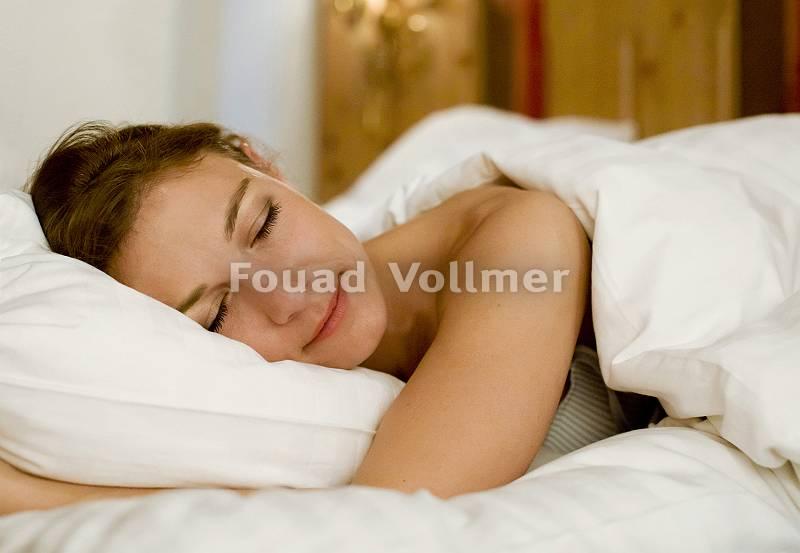 Frau lächelt im Schlaf entspannt