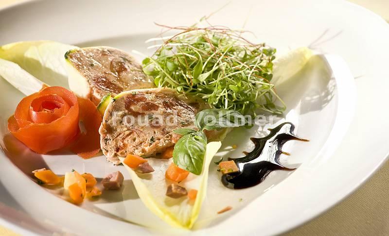 Pastete im Teigmantel auf Salat