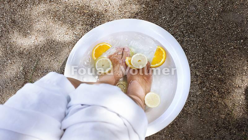 Belebendes basisches Fußbad mit Eiswürfeln und in Scheiben ges