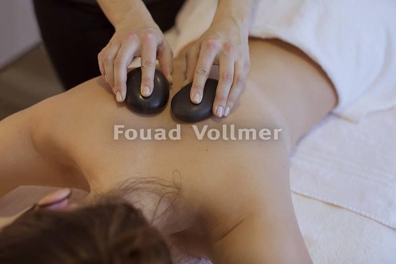 Sanfte Hot-Stone-Massage am Rücken