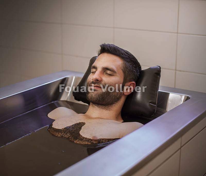 Mann genießt ein entspannendes Moorbad