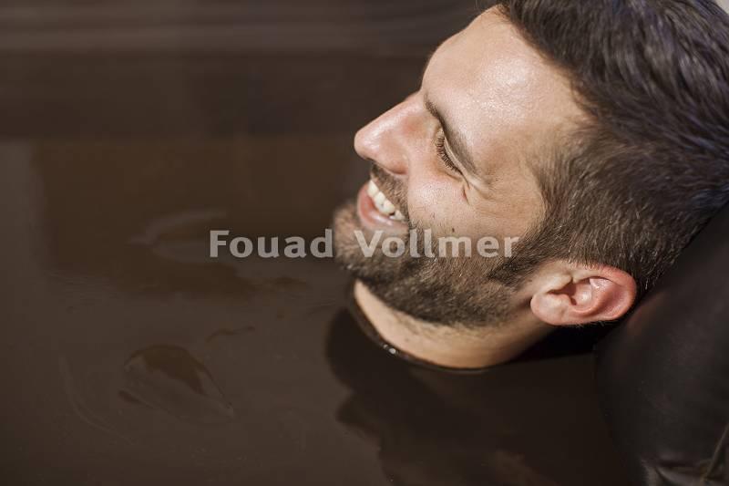 Ausschnitt eines Mannes in einem Moorbad