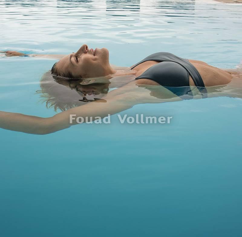 pictol-2318-frau-entspannt-im-pool